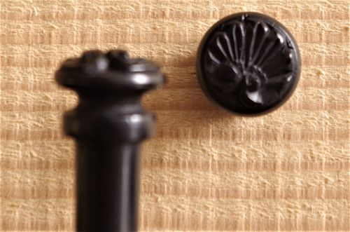 BOTTONE PER VIOLINO  EBANO SCOLPITO - VIOLIN CARVING END BUTTON - EBONY